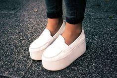 Los zapatos con plataforma XXL son de Jeffrey Campbell.