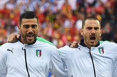 Graziano Pellè and Daniele De Rossi sing the national anthem with gusto.