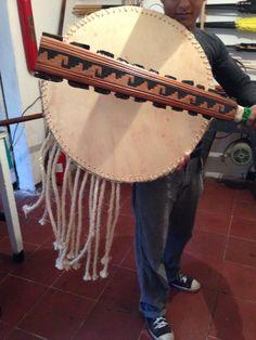 Macuahuitl and chimalli. Aztec macana and shield Portrait Illustration, Art Illustrations, Fashion Illustrations, Aztec Weapons, Aztec Costume, Warrior Fashion, Ancient Aztecs, Aztec Warrior, Fantasy Figures