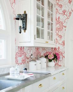 stainless steel White countertops and kitchen cabinetry can quickly overwhelm a room and make it feel cold. Warm it up in a jiffy with a high-contrast wallpaper pattern that surrounds the cabinets with inviting color. - March 10 2019 at Shabby Chic Kitchen, Country Kitchen, New Kitchen, Kitchen Decor, Kitchen Ideas, Kitchen Wall Paper Ideas, Kitchen White, Kitchen Wallpaper Design, Wallpaper Backsplash Kitchen