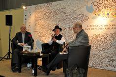 BUCH WIEN 2016: Der Literaturkritiker Cornelius Hell (rechts) im Gespräch mit danube books-Verleger Thomas Zehender (links) und dem Autor Josef Trabert.