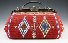 Sioux Beaded Doctors Bag - Doctors were important to the Native reservations around the turn of the century. Native American Crafts, Native American History, Native American Indians, Native Beadwork, Native American Beadwork, Beaded Purses, Beaded Bags, Sioux, Cherokee
