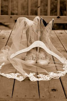 Country Wedding Photos Poses Country Weddings - Sites new Cute Wedding Ideas, Trendy Wedding, Dream Wedding, Wedding Day, Wedding Rustic, Cowgirl Wedding, Cowboy Weddings, Camo Wedding, Wedding Stuff