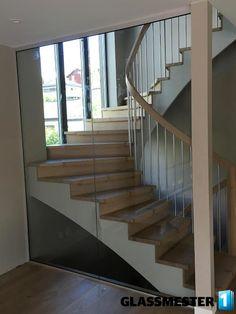 10,76 herdet laminert glass i trapp for å beskytte at ingen taler ned fra den.