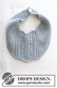 Baby bib with garter stitch and lace pattern. The piece is knitted in DROPS Baby Merino. Free pattern by DROPS Design. Baby Knitting Patterns, Knitting For Kids, Baby Patterns, Free Knitting, Cowboy Baby, Drops Design, Baby Bib Tutorial, Drops Baby, Magazine Drops
