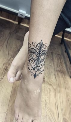 70 Tatuagens Femininas no tornozelo que vão te impressionar! | TopTatuagens Anklet Tattoos, Tattoo Bracelet, Top Tattoos, Wrist Tattoos, Flowers Tatto, Phönix Tattoo, Ankle Tattoo Designs, Mandala Tattoo Design, Mermaid Tattoos