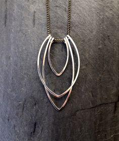 Geométrico de plata collar Art Deco martillado pequeño