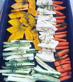 Legumes temperados com sal azeite limão e alecrim indo para o forno tem abobrinha cabotiã cenoura e batata doce  #paleo #paleodiet #paleofood #paleolifestyle #lchf #lowcarb #comidadeverdade by dryka__araujo