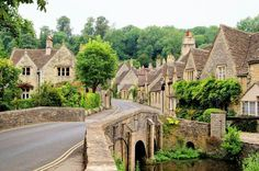 The quaint fairy tale village of Castle Combe at the border between the Cotswolds and Wiltshire with its characteristic bridge. Rural England at its best. English Village, Le Village, English Cottages, Village Houses, Stonehenge, Portsmouth, Cotswolds Tour, Wonderful Places, Campinas