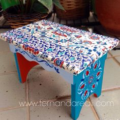 Banco de madeira com pintura e decoupagem. Casa colorida. Artesanato DIY