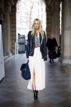 Una chaqueta de cuero negra y una falda larga plisada blanca son prendas que debes tener en tu armario. Botines con cordones de cuero negros son una opción grandiosa para complementar tu atuendo.