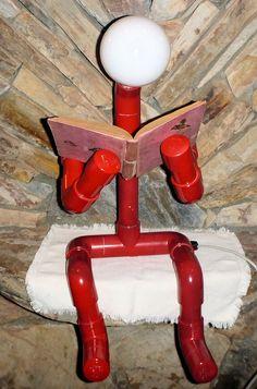 Una lámpara hecha de 1-1/4 PVC accesorios y tuberías. Las articulaciones no se pegan así que puede ser colocado en una variedad de poses. El bulbo es una bombilla de 100 vatios extra grande. Esto se ve genial si se utiliza como una lámpara de mesa, lámpara de escritorio o incluso libres. Cuando está que bien sentado con las piernas colgando por el borde o en la posición de rodillas es 27 pulgadas de alto. Si las piernas se doblan para arriba en posición de meditación es 22 pulgadas de alto…