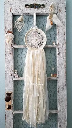 I love this shabby chic dream catcher. It will lokk amazing in the baby nursery. I love this shabby chic dream catcher. It will lokk amazing in the baby nursery. Doily Dream Catchers, Beautiful Dream Catchers, Shabby Chic Baby, Shabby Chic Homes, Dream Catcher Wedding, Embroidery Hoop Crafts, Baby Shower Backdrop, Wedding Props, Backdrop Wedding
