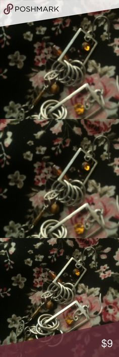 ✨🍁Pretty Boutique Earrings 🍁✨ Beautiful earrings, pretty delicate design with pieces falling gently from it and a topaz colored jewel at the center. Perfect color for fall. 🍂 ✨🍁 Excellent condition! ☺️ Jewelry Earrings