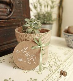 Cactus tipo Suculenta, con arreglo de arpillera, cinta y etiqueta personalizada