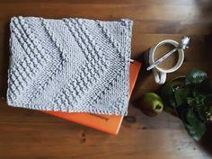 Jeden z moich najbardziej ulubionych projektów - pokrowiec na laptopa 😊 Wzór mnie oczarował... pokrowiec ma od środka wszyty materiał. Zamyka się go na zamek błyskawiczny 💜💜💜 #sznurekbawełniany #druty #handmade #recznierobione #lovecrocheting #knitting #dzierganie #crochet #diy #knitinstagram #handcrafted #cushion #miladruciarnia #kolor #cottoncord #cotton #instacrochet #crocheting #baumwolle #fabrics #homemade #pattern #wzory #computer #pokrowiec #case #laptopbag #bag