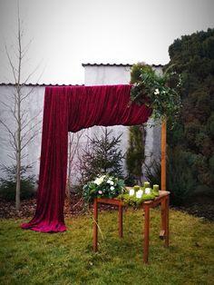 Svatební brána v zimní zahradě na našem novém svatebním místě, nedaleko přehrady Slapy. Bordó působí hřejivě a svěží zelená výzdoba zimní šero příjemně rozjasňuje.