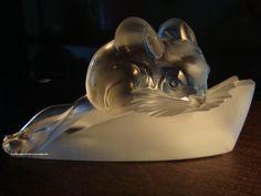 Presse Papier Chinchilla Hunebelle. L'animal est en verre blanc transparent proche d'un cristal très pur, sur un socle en verre blanc satiné. On remarquera ici la précision des détails, résultat de la maîtrise totale de l'art du Maître Verrier. Unique sculpture animalière d'André Hunebelle, considérée comme une pièce rare quand elle est dans cet état, aux oreilles intactes contrairement à beaucoup d'exemplaires qui sont arrivés jusqu'à nous avec les oreilles cassées.