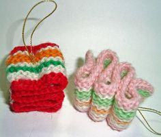 Knit Ribbon Candy Ornaments #Christmas #decoration #tree #holiday #knitting #yarn