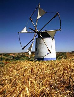 MOINHOS/ PORTUGAL - Se seguirmos a linha de evolução dos moinhos de vento verificamos que tudo aponta para que ele tenha surgido no mediterrâneo oriental, mais precisamente nas ilhas do mar Egeu de onde terá vindo para Portugal muito possivelmente ainda na época minóica.