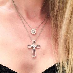 Super tendência misturar os colares! Nossos escolhidos para o jantar de ontem.. Pizza e o crucifixo Polk! www.waufen.com