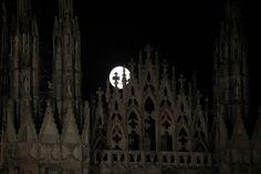 Il cielo senza nuvole, la statua della Madonnina illuminata, lo spettacolo delle guglie che sembrano giocare con la luna: ecco come si presenta la notte a Milano in una serata di luna piena    Repubblica Milano è anche su  Facebook  e  Twitter