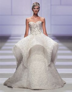 From our ROMA HAUTE COUTURE chapter. Sarli Couture wedding dress. The architectonic elegance of the forms remain the distinguishing feature of the maison alternating the opulence of crinoline with a tapered line for this collection. #wedding #dress #bride #sarlicouture #hautecouture #maison #rome