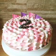 2 year birthdaycake: rasberrychocolate cakebase, filled with rasberrychocolateganach and berrymousse. Decorated with petal techinque.   Kummitytön 2- vuotiskakku vadelmasuklaakakkupohjalla joka on täytetty vadelmasuklaaganachella ja marjamoussella. nam!