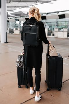Travelling attire which get parts equally fashionable and conventional are a challenge to come by. Airport Travel Outfits, Cute Travel Outfits, Travel Clothes Women, Airport Style, Airport Look, Pretty Outfits, Backpack Outfit, Black Backpack, Leather Backpack