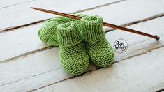 Calcetines de bebé fáciles tejidos con agujas rectas (no circulares) | Soy Woolly Knit Baby Booties, Knit Shoes, Fingerless Gloves, Baby Knitting, Arm Warmers, Hand Sewing, Knit Crochet, Baby Shoes, Slippers