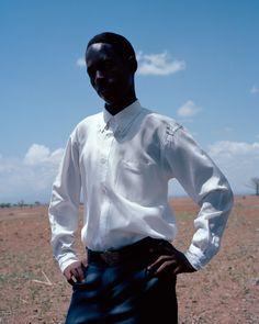 Weru Weru et Kine est un diptyque de la vaste série «Parasomnia», exploration onirique de l'Afrique. «Parasomnia » a fait l'objet d'une publication en 2011. Ces deux images ne sont pas des photographies de mode mais elles en tirent pleinement partie en terme de mise en scène, de style, de choix des vêtements, de pose. Cependant, la photographe a choisi de placer ces personnages dans une ombre partielle, ne cadrant pas à l'esthétique de la communication visuelle, et, adressant peut-être…