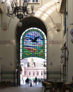 Het 'Black Eagle Palace' werd in Art Nouveau stijl gebouwd tussen 1907-1909 en is ontworpen door twee Hongaarse architecten, Marcell Komor en Dezso Jakab. Tussen de gebouwen door loopt de 'Black Eagle Passage', een met glas overdekte passage, en is de verbinding tussen drie aansluitende straten. In de passage vind je op verschillende plaatsen glas in lood ramen met de zwarte adelaar, het embleem van het gebouw.  Wat mij overigens verbaast is dat er gesproken wordt over of de 'black hawk' of… Romania, Art Nouveau, Doors, Travel, Instagram, Viajes, Destinations, Traveling, Trips