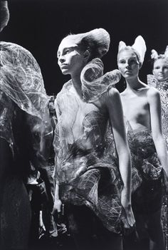 Ann Ray shares initmate photographs of Alexander McQueen Timeless Fashion, Trendy Fashion, Runway Fashion, Fashion Art, Fashion Design, Unique Fashion, Fall Fashion, Fashion Brands, High Fashion