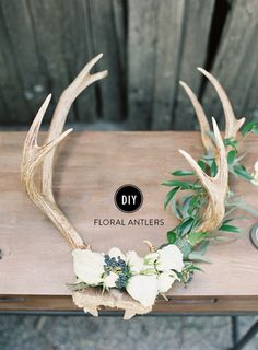 DIY Holiday Floral Antlers - Home Decorations Antler Wall Decor, Deer Decor, Antler Art, Diy Wall Decor, Antler Mount, Deer Antler Decorations, Deer Horns Decor, Antler Wedding Decor, Boho Wedding