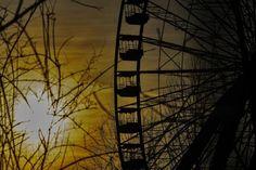 Fast schon Frühling: Am Riesenrad im Plänterwald geht die Sonne unter.