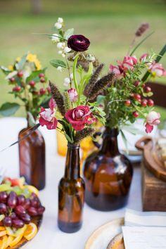 Rustikale Tischdeko - Beerentöne.  Wildblumen in alten Flaschen