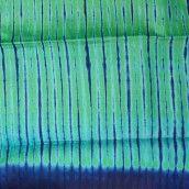 """TISSU AFRICAIN CONTON Couleurs vert émeraude bleu turquoise et bleu foncé au motif """"étoffe""""."""