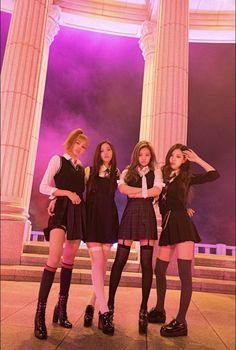 Your source of news on YG's biggest girl group, BLACKPINK! Kpop Girl Groups, Korean Girl Groups, Kpop Girls, Divas, Blackpink Fashion, Korean Fashion, Memes Blackpink, Photo Manga, Black Pink Kpop