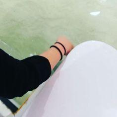 Ayer se me olvidó decir que hay una zona en el aquarium donde te invitan a lavarte las manos y luego puedes tocar a los peces en el lomo 😱 . Había niños bastante pequeños intentando tocarlos y no vi que pusieran pegas pero si vais tened en cuenta que tienen que llegar con la mano hasta el agua para tocarlos... Ya creo que al menos 2 añitos o un adulto alto que pueda ayudarlos sin peligro 😊 . Los niños flipaban intentando tocar a estos y las manta rayas. Yo no flipaba porque soy una adulta…