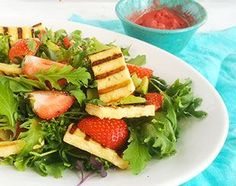 Raikas salaatti on mitä parhainta kesäruokaa. Etenkin kun se odotettu hellepäivä sattuu kohdalle! Nyt salaattipedille päätyvät niin grillin paahteessa rusketusraitansa saaneet grillijuustoviipaleet kuin makoisat mansikat. Miksi tämä salaatti valikoituu tarjottavaksi juuri kuumana kesäpäivänä? Katso blogi, sillä jotain jäätävää on vielä luvassa…