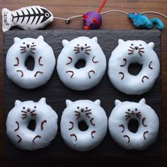 These adorable DIY kitten donuts are meant to be enjoyed while being curled up with your favorite feline. Dye some frosting gray and start pouring! Dessert Halloween, Halloween Party Snacks, Halloween Donuts, Toddler Halloween, Halloween Night, Minion Cupcakes, Cute Donuts, Mini Donuts, Donuts Donuts