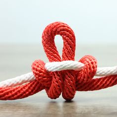 12 Knot & Rope Tricks That You Can Do In this video present how to . - 12 Knot & Rope Tricks That You Can Do In this video present how to tie knot and rope m - Paracord Knots, Rope Knots, Macrame Knots, Paracord Keychain, Rope Crafts, Diy Home Crafts, Diy Crafts Videos, Diy Videos, Survival Knots