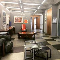 Amo fazer reuniões no escritório da @marianaamaralcomunicacao Design autêntico em todos os cantos. #design #art #decor
