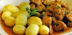 Carne de porco em vinho e alho: kurz gebratenes Schweinefleisch, das zuvor einige Tage mit Wein, Lorbeerblättern, Pfefferkörnern und Knoblauch mariniert wurde