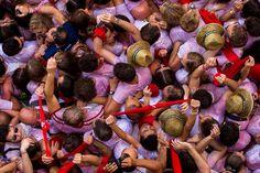 """Partecipanti alla festa di san Firmino, a Pamplona, in Spagna, attendono l'accensione del """"chupinazo"""", il razzo che dà ufficialmente inizio alla festa. - (Andres Kudacki, Ap/Ansa)"""