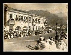 CARVALHO. Fotografia de baratinha no Circuito da Gávea em frente ao Hotel Leblon, Rio de Janeiro, carimbo do fotógrafo no verso, c. 1940. 18,4 x 23,9 cm. O Circuito da Gávea, também conhecido como Trampolim do Diabo, foi disputado entre 1932 a 1954. Fotografia muito interessante retratando um grande público totalmente desprotegido nas calçadas.