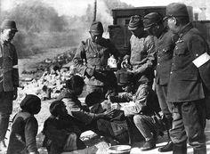 南支の大範だったと思う。難民の施療に忙しかった。彼らは群れをなして遣ってきた。『静岡連隊写真集』 柳田芙美緒 昭和37年8月15日 発行 SR-58-2