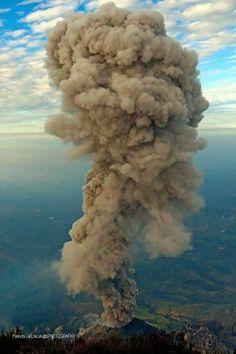 Espectacular erupción del volcán Santiaguito, visto desde la cumbre del volcán Santa Maria.