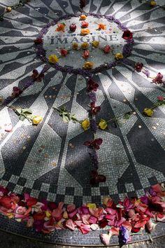 Strawberry Fields es uno de los puntos calientes de Central Park. Bautizado con ese nombre en honor de John Lennon, asesinado el 8 de dieciembre de 1980 por un fan enloquecido frente su residencia neoyorquina, el edificio Dakotase, se ha convertido en centro de peregrinación para los amantes de la musica del ex-beatle y su mensaje de amor y paz. Cada aniversario se congregan cientos de personas alrededor del mosaico del parque, donde puede leerse la palabra 'Imagine'