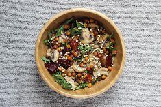 ●Une base feuilles vertes (roquette, mâche, épinards…) ●Des légumes-racines de saison(betterave, radis…) ●Des champignons cuits ou crus ●Des céréales ou pseudo-céréales cuites (quinoa, épeautre, blé…) ●Des légumineuses cuites (pois chiches, lentilles, tofu…) ●1/2 poignée de graines (sésame, lin, courge…) ou de graines germées ●Facultatif: olives, tomates séchées, raisins secs… ●1 à 2 bonnes càs d'assaisonnement (vinaigrette, jus de citron…)